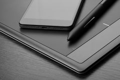 亦称智能手机和图形输入板一个数字化器或数字式艺术委员会有一支特别象笔一样的铁笔的 图库摄影