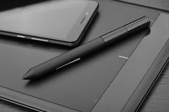 亦称智能手机和图形输入板一种笔片剂或数字式图画片剂有一支特别象笔一样的铁笔的在木ta 库存图片
