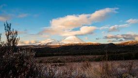 亦称瑙鲁霍伊火山在日落的登上死命 库存图片