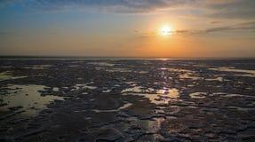 亦称盐湖日落的Karum湖Assale或Asale,在远处Danakil埃塞俄比亚 免版税库存图片