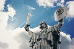 亦称祖国纪念碑Rodina-Mat,巨大的雕象在基辅,乌克兰的首都 免版税库存图片