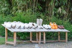 亦称荷兰木鞋子在木头klompen显示 免版税图库摄影