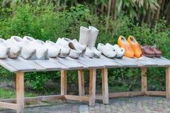 亦称荷兰木鞋子在木头klompen显示 免版税库存图片