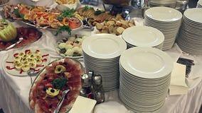 亦称食物在桌-瑞典桌上服务 股票视频