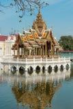 亦称Aisawan Dhiphya-Asana亭子在轰隆痛苦王宫在阿尤特拉利夫雷斯,泰国-颐和园 免版税库存照片