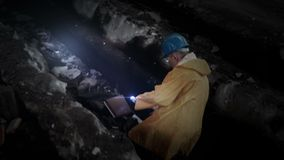 产业与手电的废墟探险 股票视频