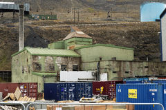 产业在Longyear镇在斯瓦尔巴特群岛 免版税库存照片