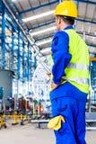 产业工人在有工具的工厂 免版税库存照片