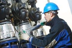 产业工人在绝缘材料工作 免版税库存图片