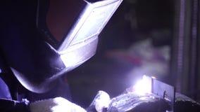 产业工人焊接,慢动作 夹子 金属在超级慢动作的焊接特写镜头 特写镜头 焊工 影视素材