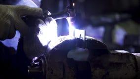产业工人焊接,慢动作 夹子 金属在超级慢动作的焊接特写镜头 特写镜头 焊工 股票视频