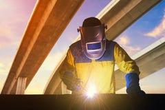 产业工人用安全设备和防毒面具 免版税库存照片