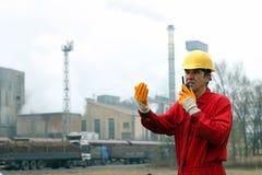 产业工人谈话在携带无线电话 免版税图库摄影