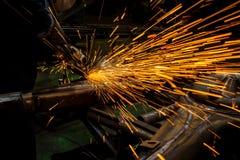 产业工作者与研磨机的切口金属 免版税库存图片