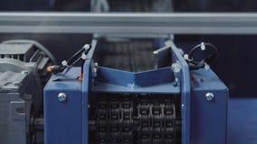 产业机器人操作器模型  与机器人操作器的生产线 库存照片