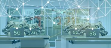 产业的4 Iot聪明的工厂 0个机器人技术概念,使用未来派技术的工程师与控制的5G,显示器,mana 免版税库存图片