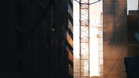 产业站点 运转的塔吊 尘土高昂在天空中,垂悬的导线 股票录像