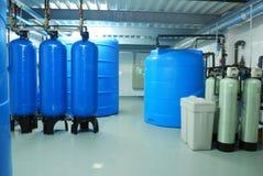 产业管子、轻拍、泵浦和蓝色桶 免版税库存图片
