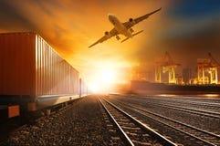 产业跑在铁路轨道和commerc的容器trainst 免版税库存照片