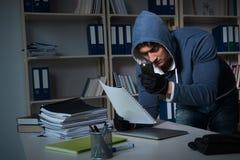 产业间谍活动概念的年轻人 免版税库存图片