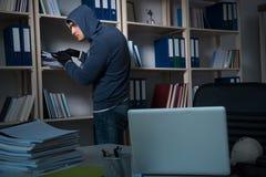 产业间谍活动概念的年轻人 库存图片