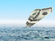 破产企业货币飞机击毁 金钱飞机失事在海 免版税库存图片