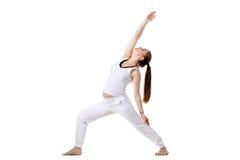 产前瑜伽,反向战士姿势 免版税库存图片