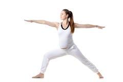 产前瑜伽,战士II姿势 免版税库存照片