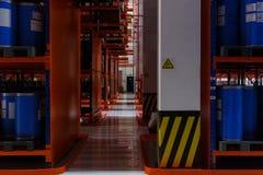 产品、材料和物品地址存贮系统在仓库里 化工液体存贮的蓝色塑料桶  免版税库存图片