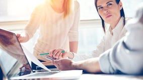 产品介绍 营销队在工作 露天场所顶楼办公室 膝上型计算机和文书工作 库存图片