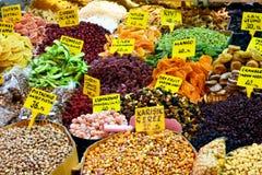 产品显示在提议的在土耳其著名香料市场上 免版税库存照片