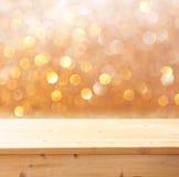 产品显示的木甲板和bokeh轻的背景 免版税库存图片