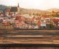 产品显示的木表面在被弄脏的葡萄酒镇背景 免版税库存照片