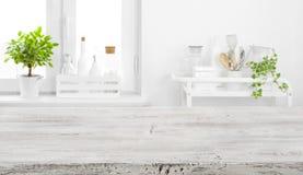 产品显示的老桌面在defocused葡萄酒厨房背景 库存图片