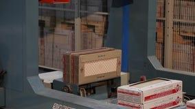 产品自动包装在箱子在传动机,特写镜头,陶瓷砖包装,传动机,现代工厂的 股票录像