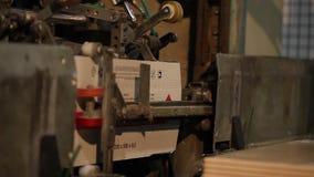 产品自动包装在箱子在传动机,特写镜头,陶瓷砖包装,传动机,现代工厂的 影视素材