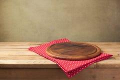 产品蒙太奇的背景 有桌布的圆的木板 免版税库存图片