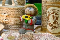 产品陈列和销售从白桦树皮和玩具souveni的 免版税库存照片