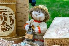 产品陈列和销售从白桦树皮和玩具souveni的 免版税图库摄影