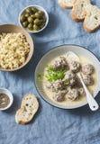 产小羊在酸奶调味汁和碾碎干小麦-在地中海样式的美味的健康午餐的丸子在蓝色背景 免版税库存图片