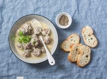 产小羊在酸奶调味汁的丸子-在地中海样式的可口健康快餐在蓝色背景 免版税库存图片