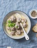 产小羊在酸奶调味汁的丸子-在地中海样式的可口健康快餐在蓝色背景 库存照片