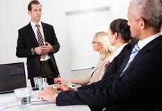 产生介绍的生意人 免版税库存照片