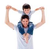 产生他的吸引人父亲扛在肩上乘驾儿&# 免版税库存图片
