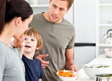 产生他的小母亲的男孩红萝卜 库存图片