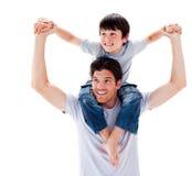 产生他的接近的父亲扛在肩上乘驾儿&# 免版税图库摄影