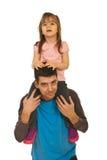 产生他的父亲女孩扛在肩上乘驾 免版税库存照片
