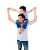产生他的迷人的父亲扛在肩上乘驾儿&# 库存图片