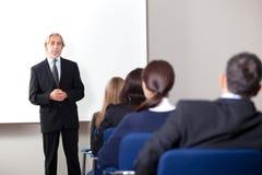 产生企业培训的成熟生意人 免版税库存照片