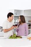产生午餐多士年轻人的夫妇 免版税库存照片